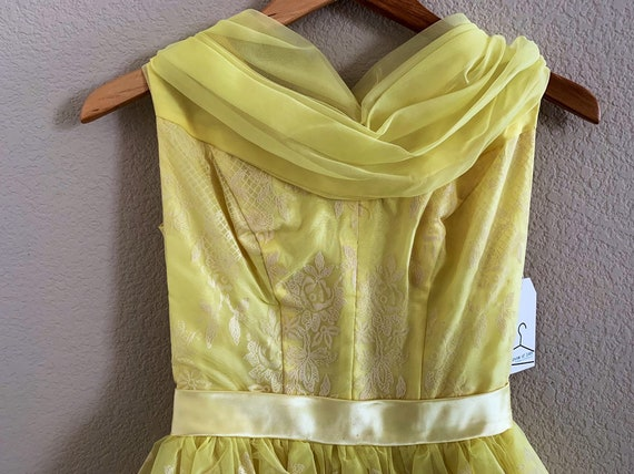 50s house wife yellow dress