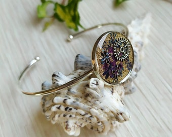 Silver brass rush bracelet for women with gears and floral background in resin inclusion
