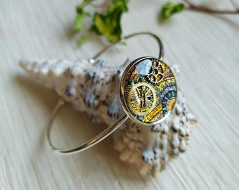 Silver and colorful rush bracelet with ethnic patterns and brass cogs in resin inclusion