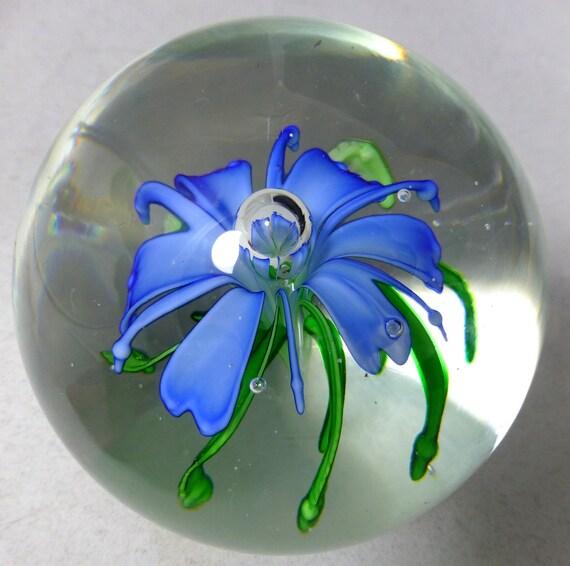 Presse-papier en verre d'Art Orb vintage avec une belle fleur bleu 3D & feuillage vert – Globe / boule forme – soufflé à la main