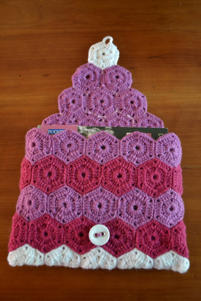 Bag-cover-pocket-Fourre everything Handmade crochet small accessories. Hexagons assembled with cotton reader For book pink wool
