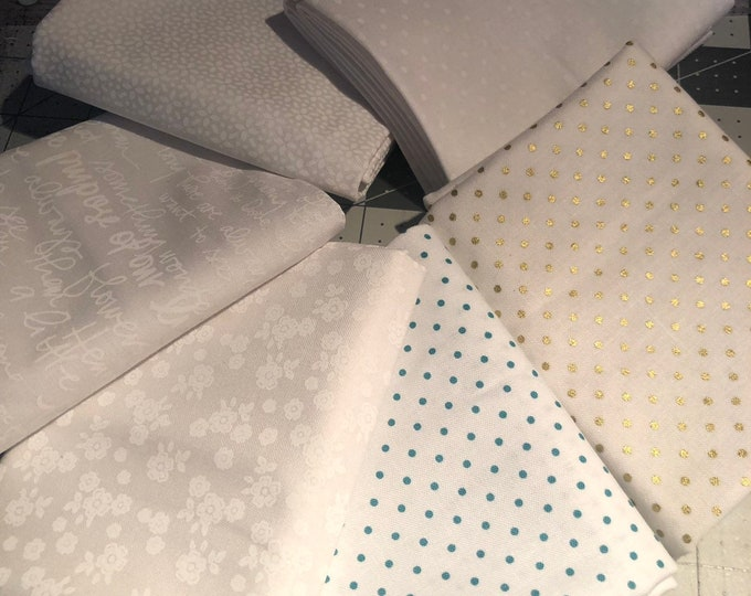 Various white Fat Quarter Bundle by Riley Blake Designs - 6 Pieces