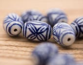 10 count 17mm vintage style Chinese white and blue porcelain diamond nugget beads with flower pattern motif round circular beads bead lot
