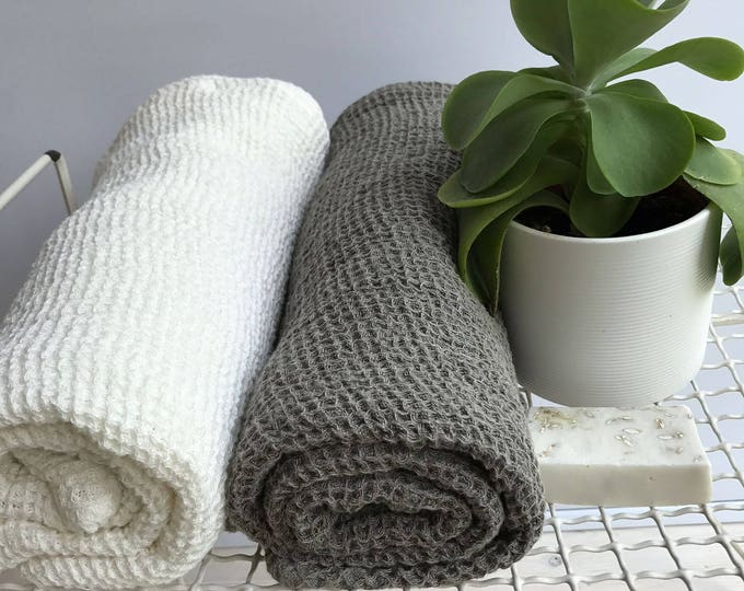 Voluminous Linen Waffle Bath Towel