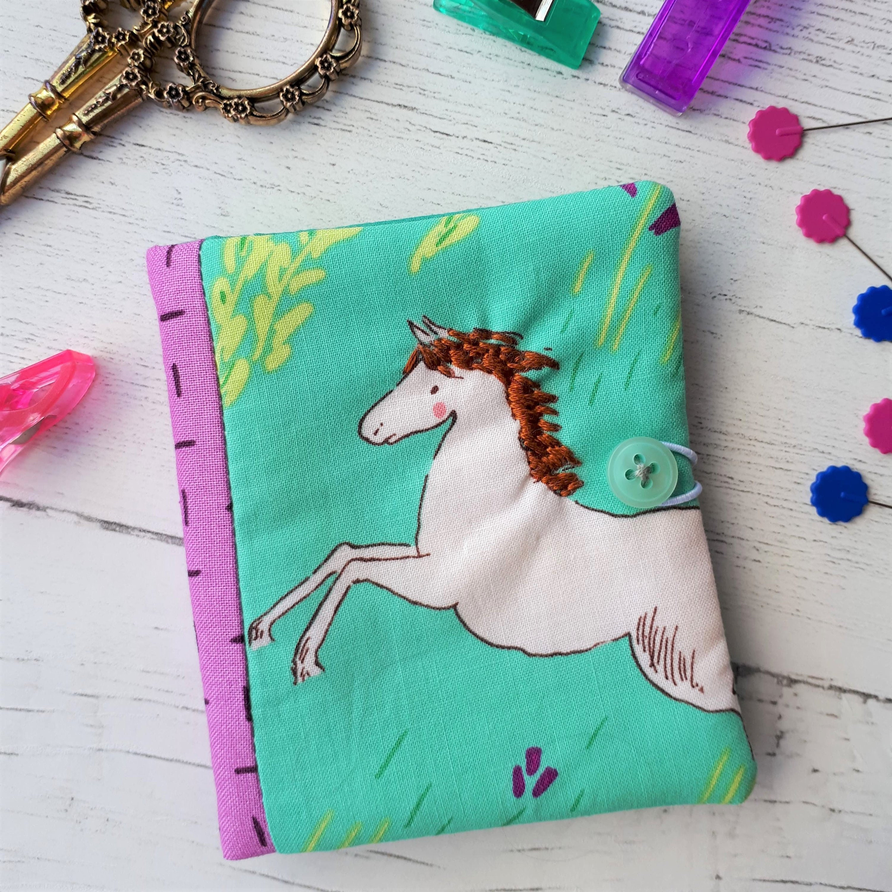 Carnet à la main - - - sauvage cheval/Wee Wander/Sarah Jane/violet/rose/turquoise - couture/broderie. 265f2d