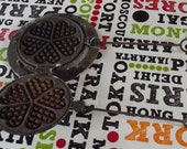 Ancien Fer à Gaufre circulaire petit coeur vintage cuisinière barbecue Old Circular Waffle Iron Small Heart Vintage Cast Iron Cooker BBQ