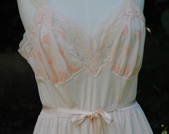 Pink nylon nightdress /T 36 (US)