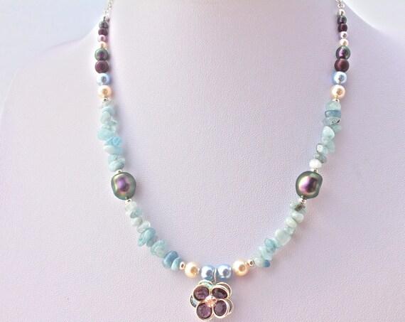Collier mariage  boheme chic swarovski, pierres semi précieuses perles nacrées et pendentif cristal