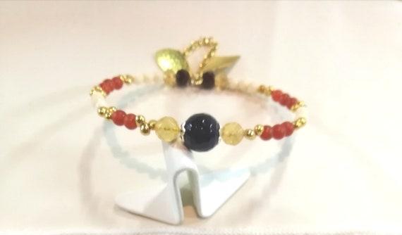 Bracelet fin chaîne plaque or avec perles de bohème et pierres fines