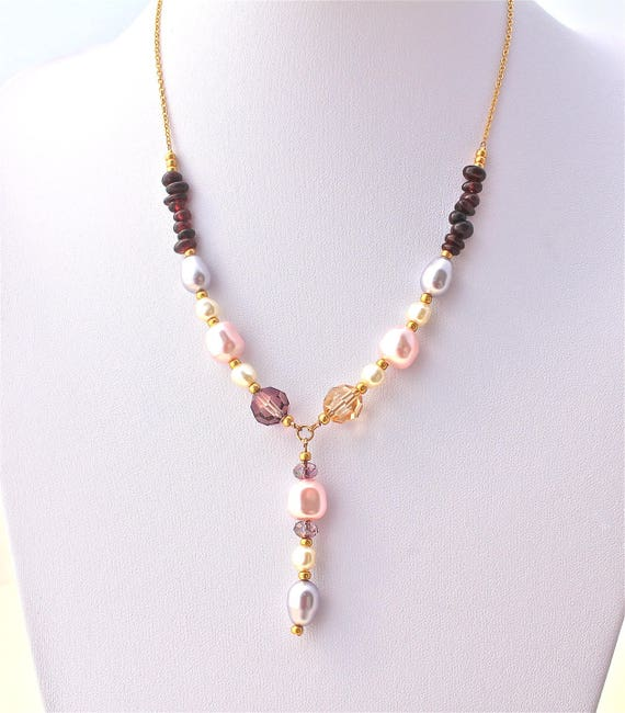 Wedding plate necklace gold gemstones: Garnet and pearl beads and a gold plated chain with swarovski pearls