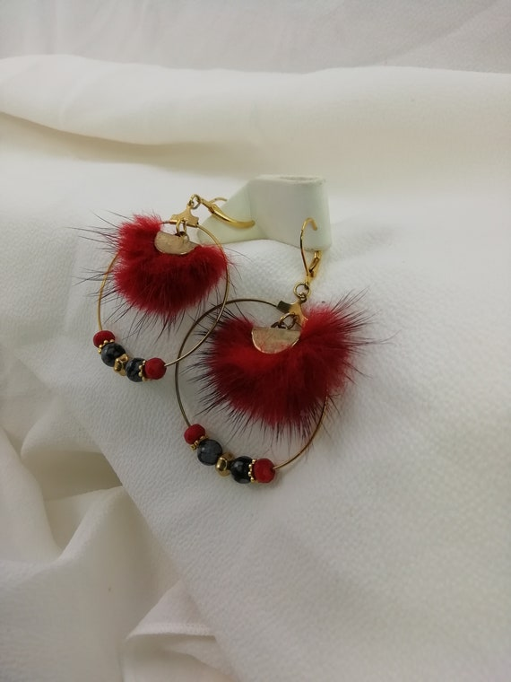 Gold-plated Creole earrings with fine red coral, obsidian and burgundy fur half-moon connector