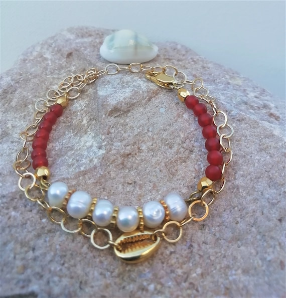 cauri bracelet and gold-plated chain with freshwater and cornaline beads