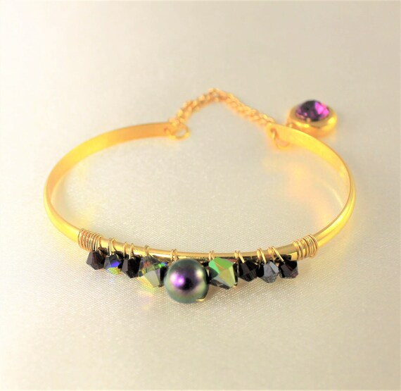 bangle bracelet with a gold chain, pearls and swarovski cabochon