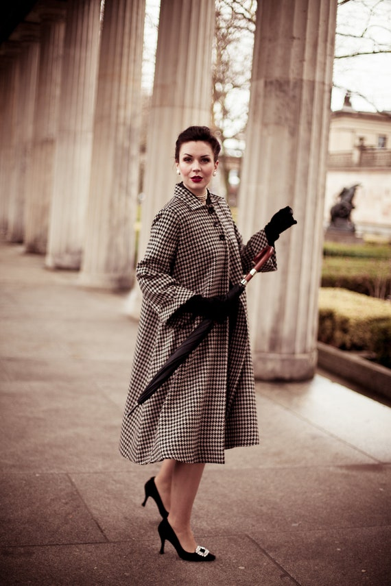 1940s Style Coats and Jackets for Sale Swing Coat in Houndstooth by The Seamstress of Bloomsbury | Classic Authentic Vintage Style Clothing $224.86 AT vintagedancer.com