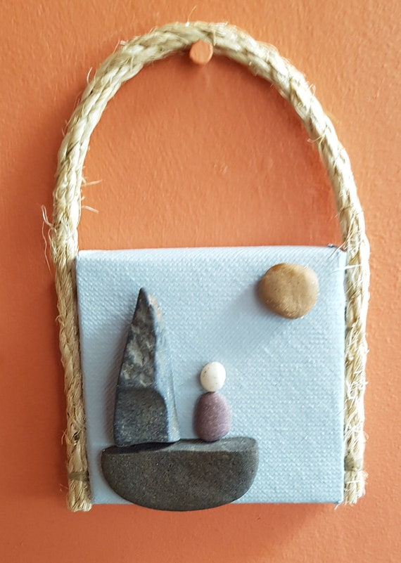 Stone Art, Art de galet, Art rupestre, Art de la Miniature, Unique petit cadeau, décor rustique, décoration à suspendre, marin, bateau à voile, voile cadeau