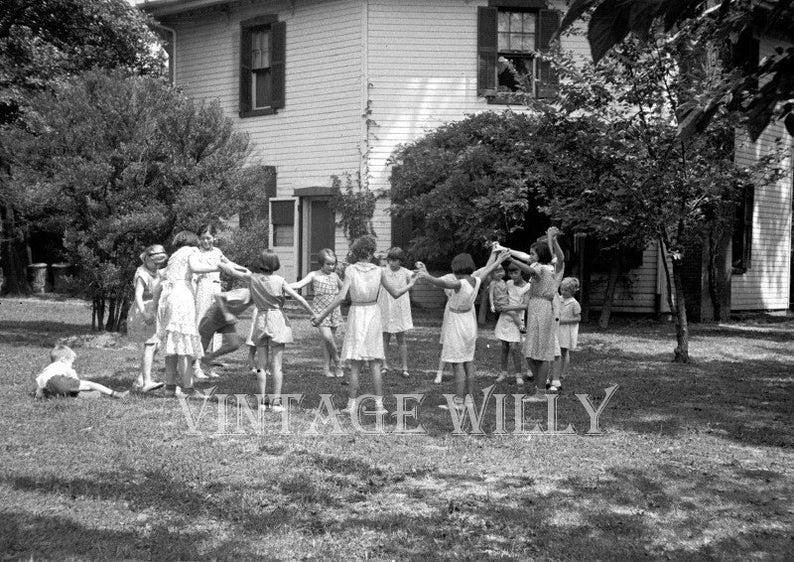 Bambini Che Giocano Nel Cortile Fotografia Dellannata Etsy