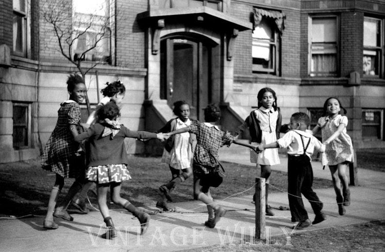 Bambini Che Giocano Sul Marciapiede Fotografia Dellannata Etsy
