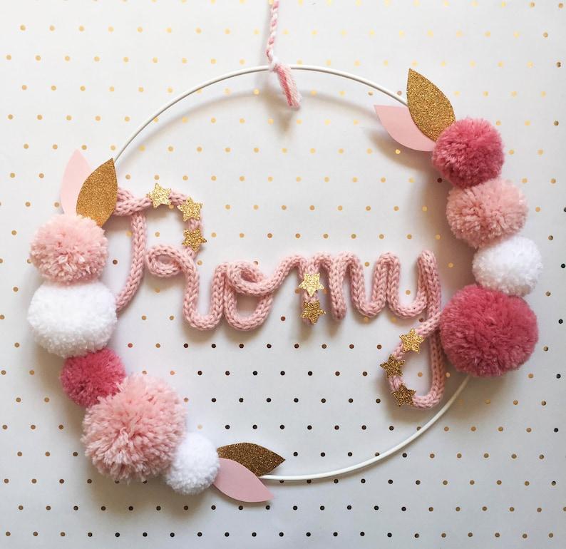 Couronne à pompons et prénom en tricotin - Créatrice ETSY : MelliConfetti
