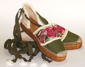 Khaki platform espadrilles with flower embroidery. Organic cotton. Made in Spain