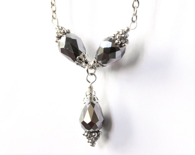 66 cm necklace with 3 briolette beads (16 mm) and a silver plated chain