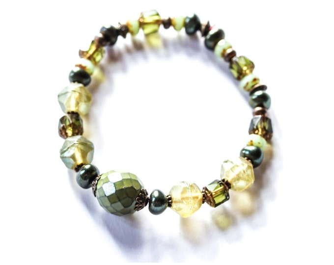 Amazing bracelet with green premium baroque beads