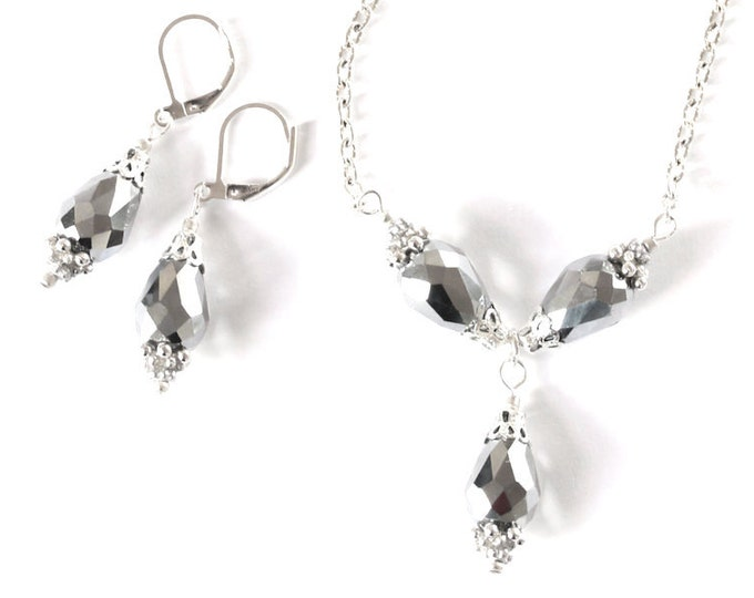 Jewellery set with a 66 cm necklace with 3 briolette beads (16 mm) on a silver plated chain and 1 pair of matching earrings