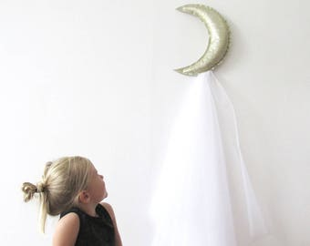 Hanging moon with her train of tulle couture leatherette.