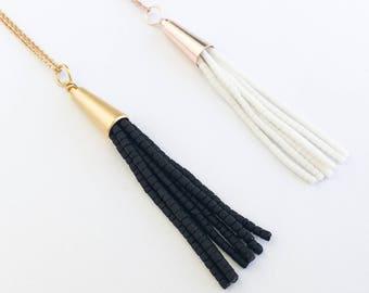 Rose pompon blanc or collier, collier de pompon noir or, bijoux, superposition, frange, collier pompon