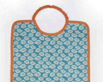 Grand bavoir élastique en coton enduit imprimé Petit Pan à fleurs bleu, orange, rose fluo et  moutarde, bavoir fille