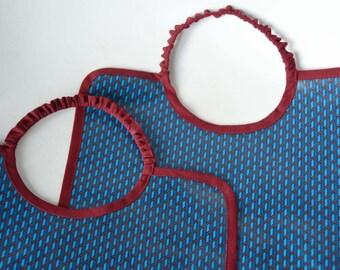 Grand bavoir imperméable en coton enduit mini motif géométrique bleu et rouge bébé enfant garçon et fille