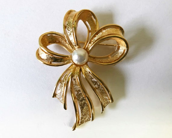 Vintage Mid Century Napier Signed Jewelry Brooch - Ribbon Bow in Gold Tone with Faux Pearl