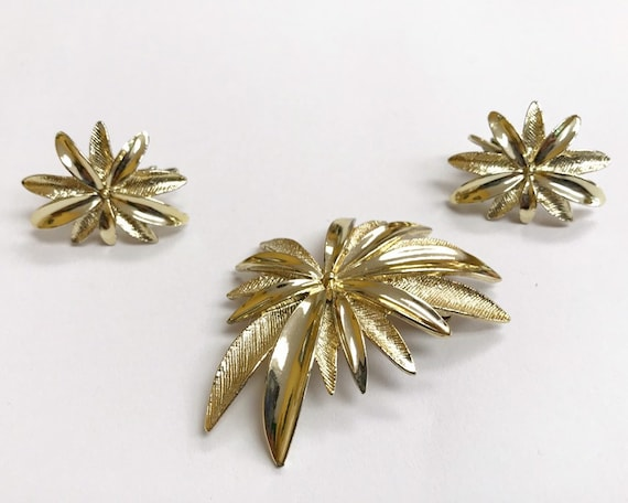 Vintage Signed Sarah Coventry Jewelry Brooch and Earring Set - Mid Century Gold Tone Poinsettia or Starburst