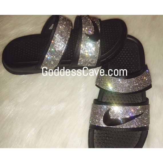 70c7c623190d3 Artículos similares a Nike Slides Duo - Black Nike Duo Slides with White  Crystals - Swoosh Pin - Spikes - Diamante en Etsy