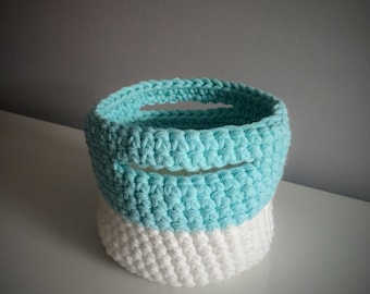 Crochet basket small format (white & blue)