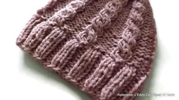 zimowa czapka dziergana na drutach ręcznie w kolorze różowym dostępna od zaraz w sklepie internetowym zachęcam do zakupu