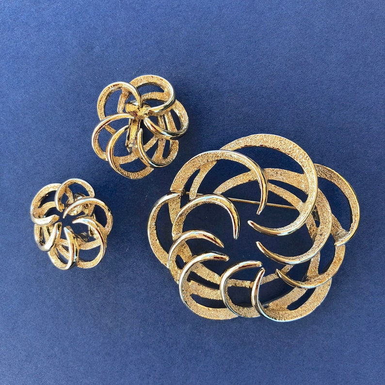 b06fa10ae44aa Vintage Sarah Coventry Tailored Swirl brooch and clip on earrings-1960s  jewelry-nonpierced earrings