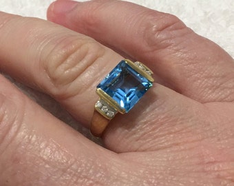 English circa 1940 A cushion cut sapphire single stone ring in a pretty scrolling 9ct gold mount untested