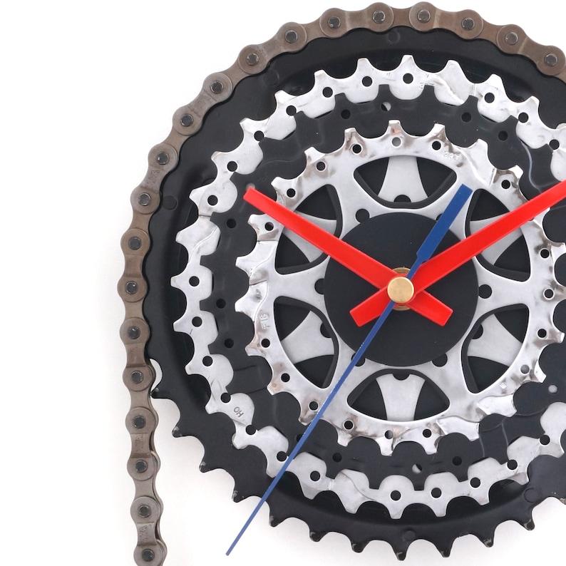Horloge de vélo, art de mur de vélo, horloge de vélo, présent de cycliste, pièces recyclées de vélo, décoration de vélo en métal, horloge dengrenage, horloge avec la chaîne