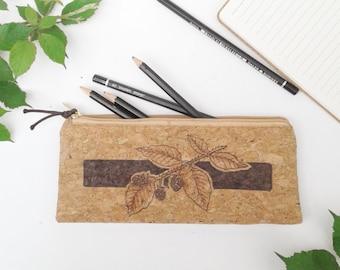 Trousse plate tissu de liège scolaire naturelle pyrogravée mûres ronces feuillage pochette cuir végétal bureau crayon maquillage bohème