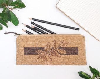 Trousse plate tissu de liège scolaire naturelle pyrogravée arbouse feuillage pochette cuir végétal bureau crayon maquillage bohème