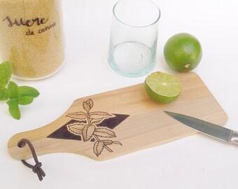 Planche plateau à découper bois naturel pyrogravé lacet cuir dessin brin de menthe feuille végétal botanique service déco accessoire cuisine