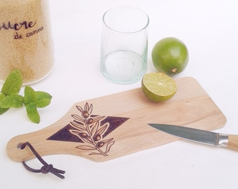 Planche plateau à découper bois naturel pyrogravé lacet cuir motif dessin olivier olive végétal botanique service déco accessoire cuisine