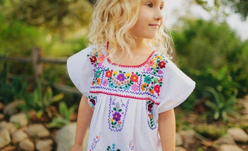 5cd66efe5 Vestido mexicano bordado para niña color blanco