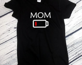 Ladies - Mom Low Battery T-Shirt Gift for Christmas Tired Mommy Empty Parent Tee Shirt