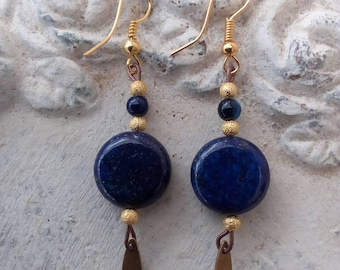 Earrings and lapis lazuli agathes adorned with Golden beads and sequins