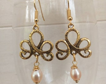 Romantic earrings with freshwater pearls.
