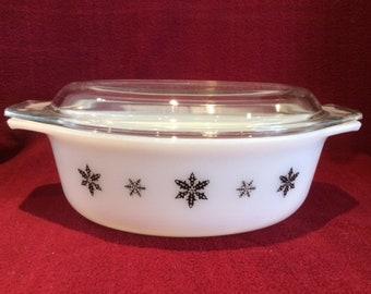 Pyrex JAJ Gaiety Black Snowflake 2.5 Pint Deep Oval Casserole Dish circa 1960