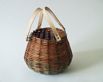 Round basket in green and gold wicker