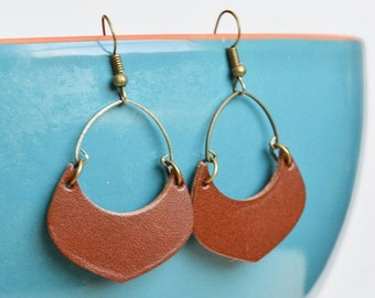 SUMMER VACATION FLASH Saddle Brown Leather Crescent Hoop Earrings // Leather Earrings // Crescent Shaped Earrings // Leafy Treetop Leather