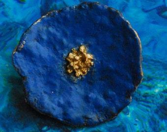 Poppy Brooch, blue-gold 4,5 x 4,5 cm